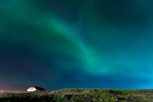 Luzes verdes da bela aurora boreal na península de reykjanes, no sul da islândia Foto Premium