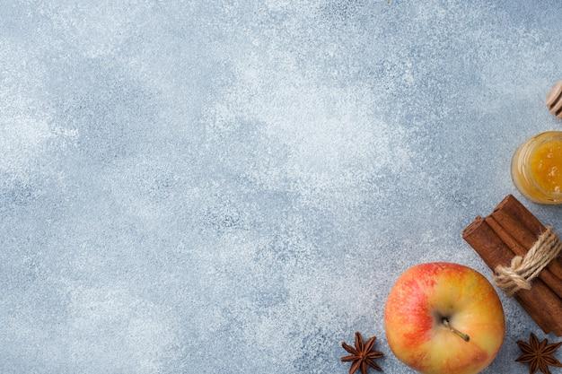 Maçã com canela e mel. o conceito de alimentação saudável. copie o espaço Foto Premium