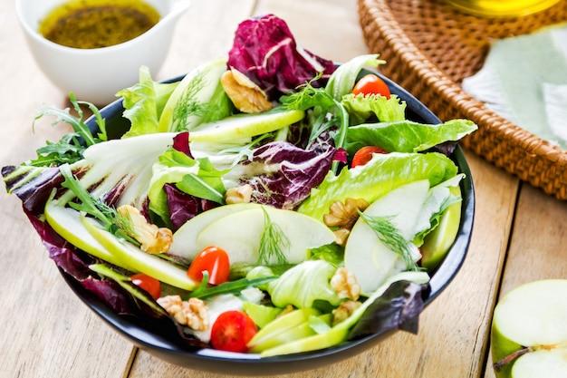 Maçã com rúcula e salada de nozes Foto Premium