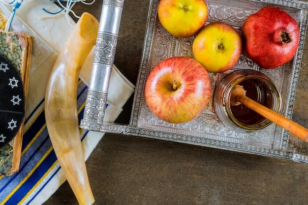 Maçã e mel, comida tradicional do ano novo judaico rosh hashana livro de torá Foto Premium