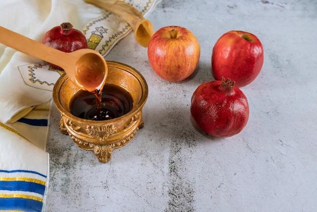 Maçã e mel, comida tradicional kosher do ano novo judaico rosh hashaná e shofar Foto Premium