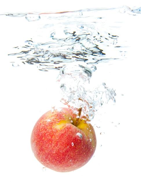 Maçã na água Foto Premium