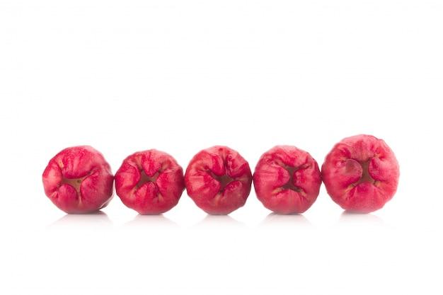 Maçã rosa isolado no fundo branco Foto Premium