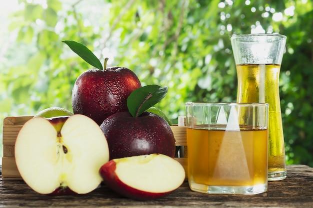 Maçã vermelha fresca com suco de maçã sobre o produto branco, frutas frescas e suco Foto gratuita