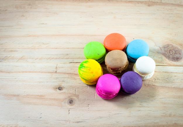 Macaron colorido em madeira Foto Premium