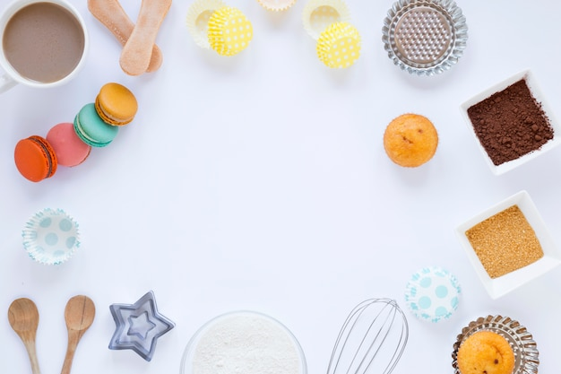 Macarons e muffins Foto gratuita