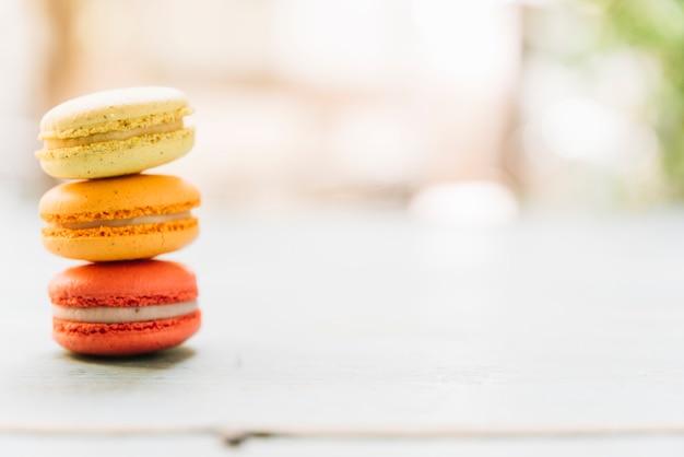Macarons empilhados vista frontal Foto gratuita