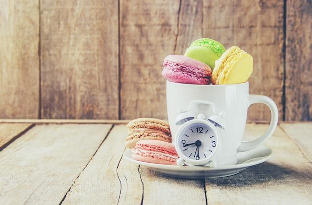 Macarons sortidos do bolo para um presente. foco seletivo. Foto Premium