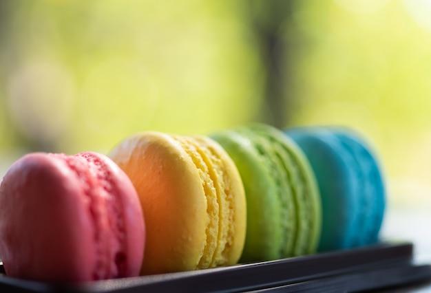 Macaroons coloridos na bandeja Foto Premium