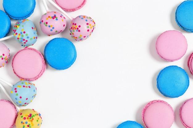 Macaroons de rosa e azuis e bolo pops. saborosos biscoitos de amêndoa. Foto Premium