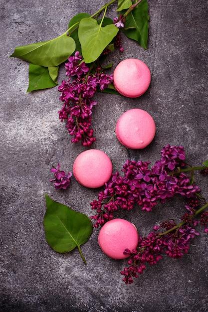 Macaroons e lilás cor-de-rosa. Foto Premium