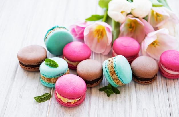 Macaroons e tulipas coloridas Foto Premium