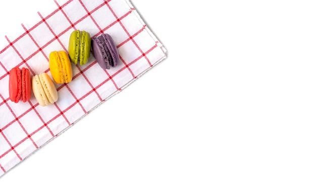 Macaroons em pano vermelho e branco Foto Premium