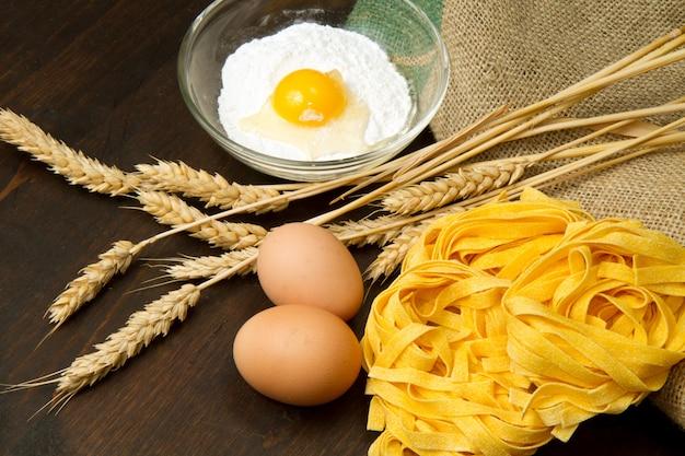 Macarrão caseiro com ingredientes frescos Foto Premium