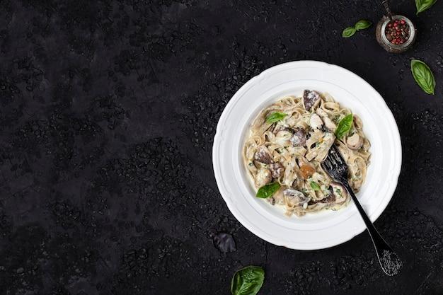 Macarrão caseiro de tagliatelle com cogumelos Foto Premium