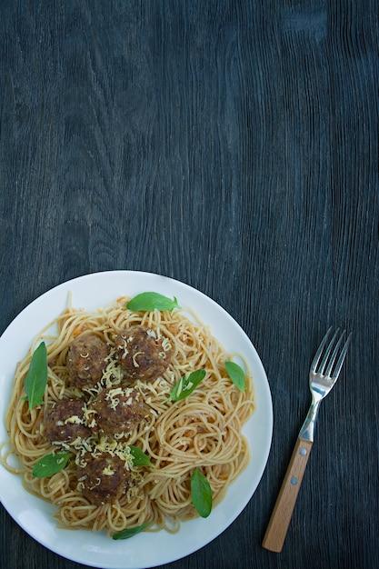Macarrão com almôndegas e salsa em molho de tomate Foto Premium