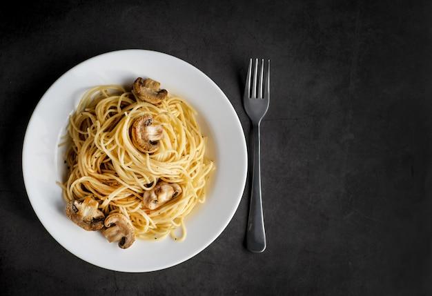 Macarrão com cogumelos no preto Foto Premium