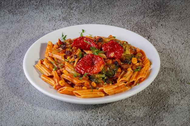 Macarrão com molho de tomate e legumes Foto Premium