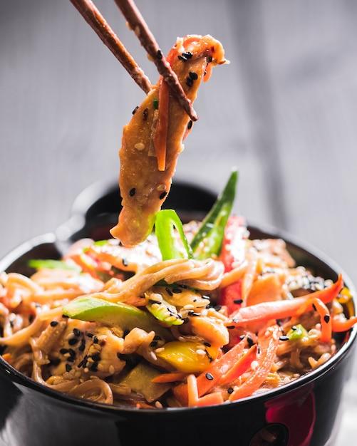 Macarrão de arroz com frango e legumes Foto gratuita