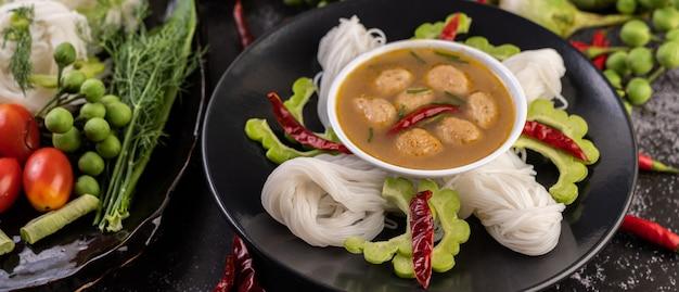 Macarrão de arroz e solução de leite de coco. Foto gratuita