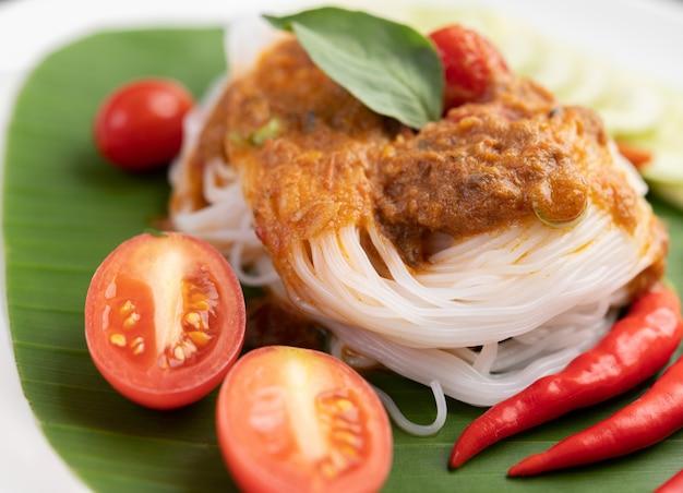 Macarrão de arroz macarrão coberto com leite de coco. Foto gratuita