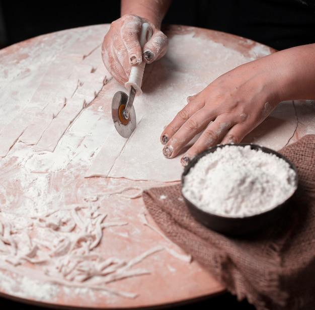 Macarrão de corte de massa em camadas artesanal. Foto gratuita