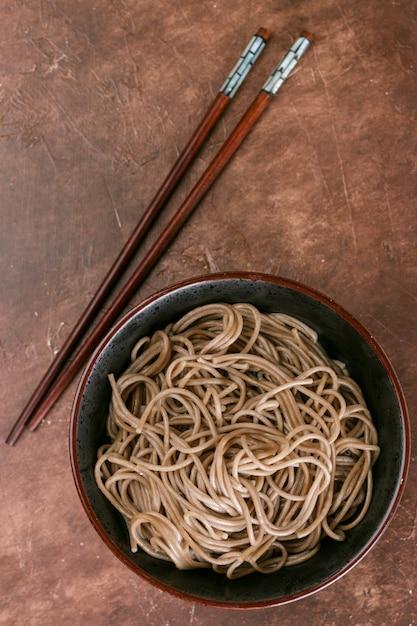 Macarrão de trigo sarraceno soba - um prato tradicional da culinária asiática. Foto Premium