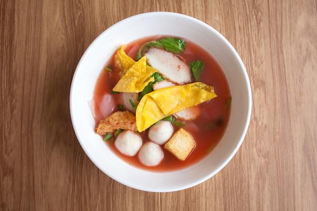 Macarrão de yentafo com almôndega de peixe tofu e bolinho de massa Foto Premium