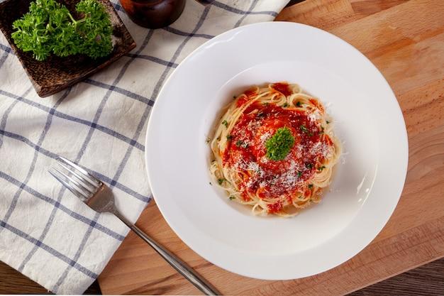Macarrão espaguete com almôndegas e molho de tomate. Foto Premium