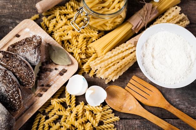 Macarrão espaguete com farinha, ovo Foto Premium