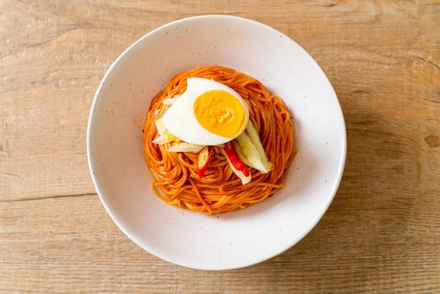 Macarrão frio coreano com ovo Foto Premium