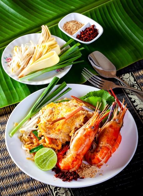 Macarrão frito tailandês com camarão (pad thai) Foto Premium