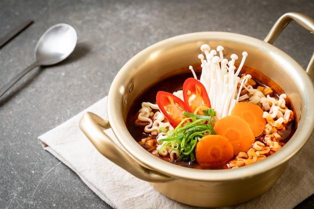 Macarrão instantâneo coreano em pote de ouro Foto Premium