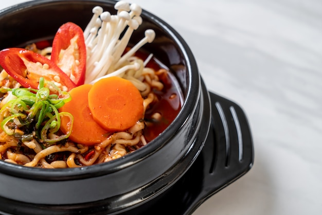 Macarrão instantâneo coreano em tigela preta Foto Premium