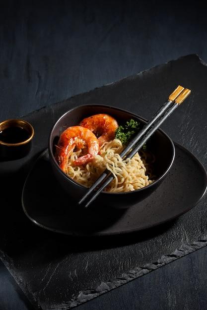 Macarrão instantâneo cozido recentemente. cozinha asiática Foto Premium