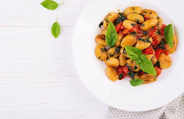 Macarrão nhoque em estilo rústico. cozinha italiana. macarrão de vegetais vegetarianos. cozinhando o almoço. prato gourmet. vista do topo Foto gratuita