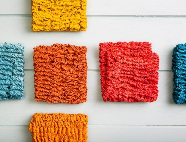 Macarrão ramen colorido de vista superior Foto gratuita