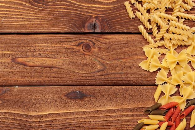 Macarrão seco em fundo de madeira Foto Premium