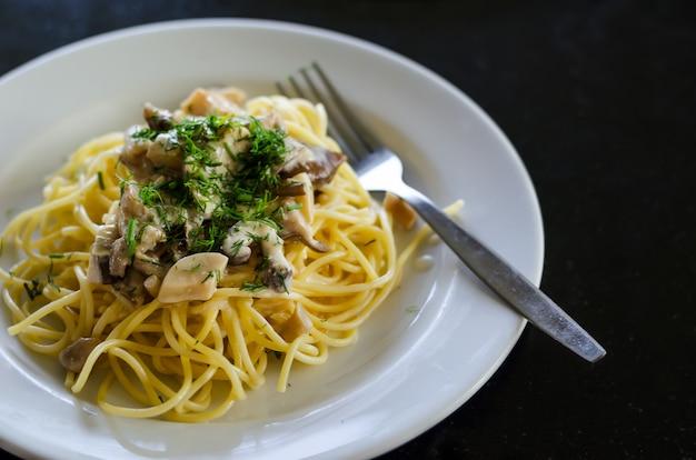 Macarrão vegetariano com cogumelos Foto Premium