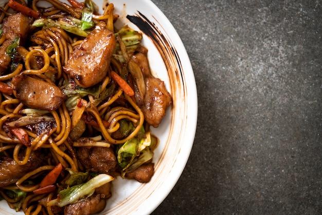 Macarrão yakisoba frito com carne de porco Foto Premium