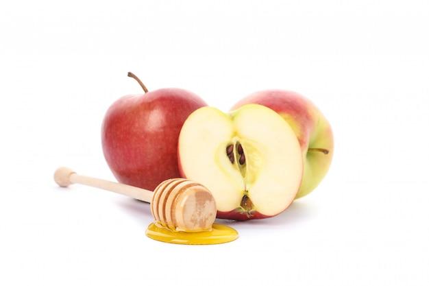 Maçãs e dipper com mel isolado no branco Foto Premium