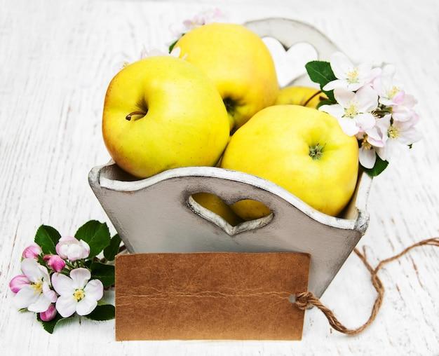 Maçãs e flores de macieira Foto Premium