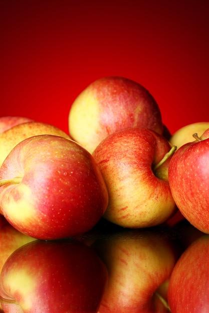 Maçãs frescas e saborosas Foto gratuita