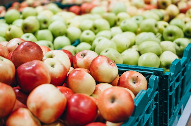 Maçãs frescas no supermercado Foto gratuita