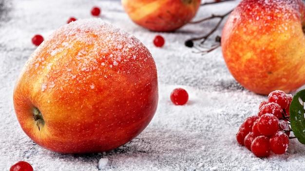 Maçãs listradas polvilhadas com açúcar em pó. o prato simula maçãs na neve Foto Premium