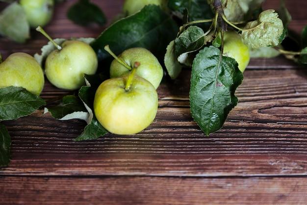 Maçãs verdes saudáveis no fundo de madeira Foto gratuita
