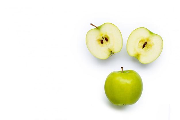 Maçãs verdes sobre fundo branco. Foto Premium