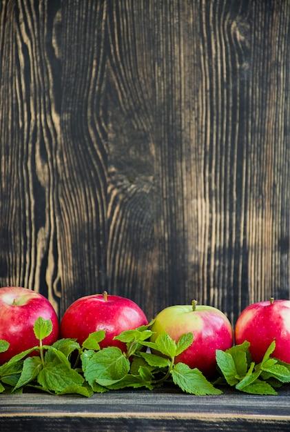Maçãs vermelhas maduras com hortelã. Foto Premium