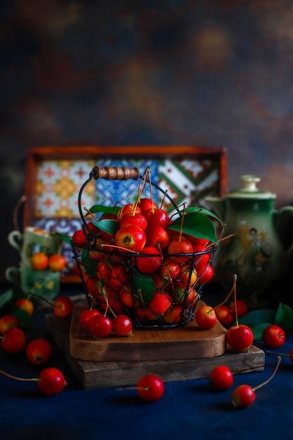 Maçãs vermelhas maduras na cesta de armazenamento de alimentos Foto gratuita