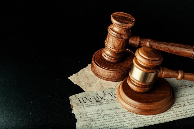 Macete de madeira marrom na declaração americana de independência Foto Premium